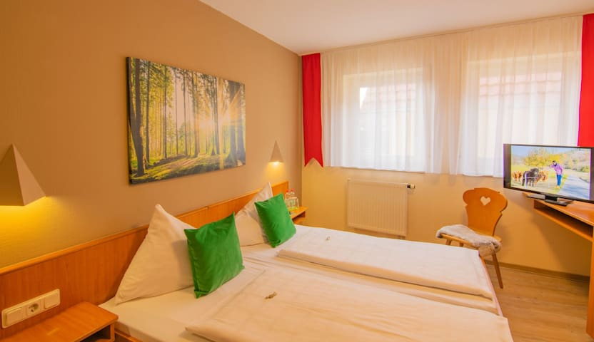 Gasthaus & Hotel Drei Lilien (Werbach), Gästezimmer M - Doppelzimmer | im Lieblichen Taubertal