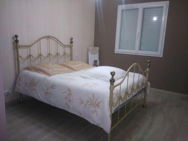 Chambre à louer dans un endroit calme - Saint-Victor - Huis