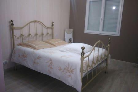 Chambre à louer dans un endroit calme - Saint-Victor - Rumah