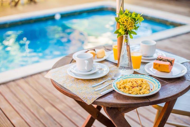 Café da Manhã na Beira da Piscina