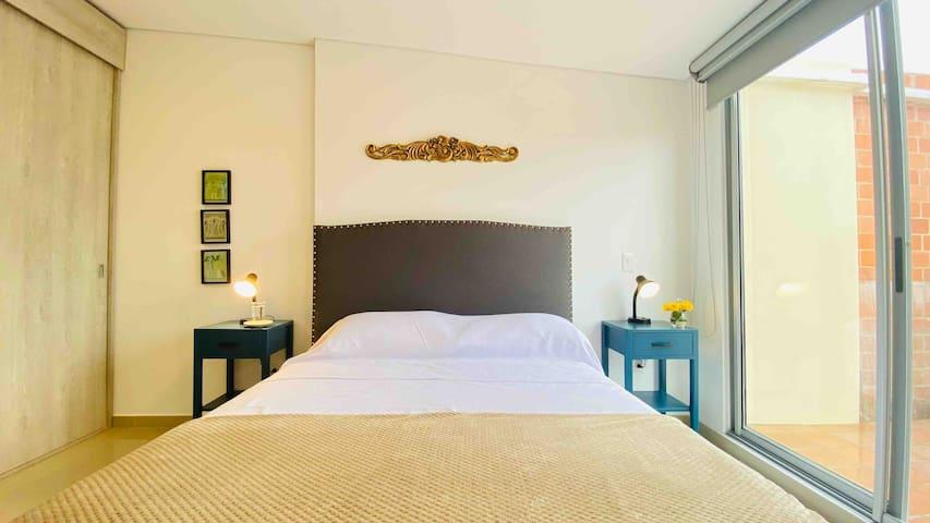 Hermoso dormitorio con gran puerta venta que ve a lo cerros y la catedral. Tiene amplio baño privado y acceso directo a la terraza.