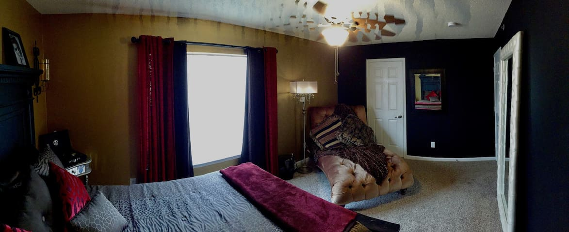 ELVIS THEME ROOM! ~8 Mins to Downtown~Private Bath