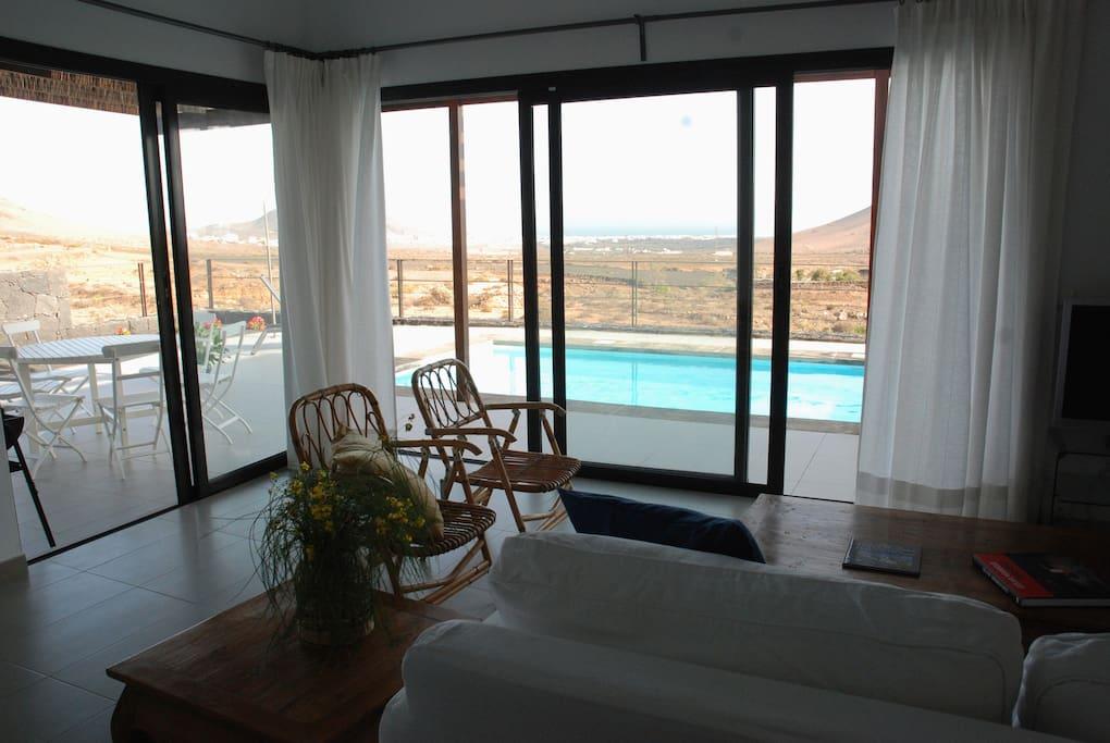 Salón y terraza.
