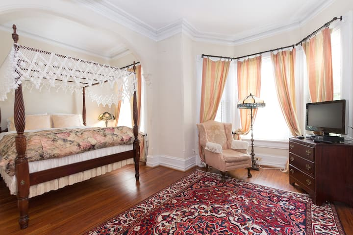 Historic DuPont Circle Inn ~ Canopy Room