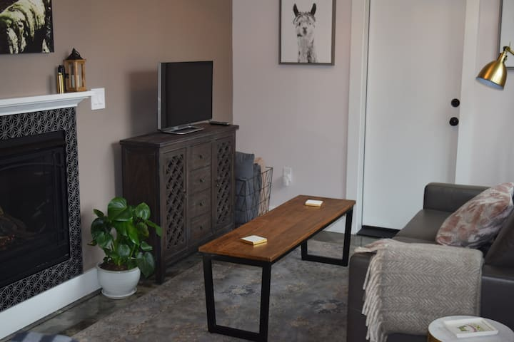 Llama's Rest! Cozy, Private Apt - Montavilla Tabor