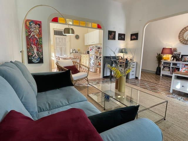 Le salon, avec son canapé convertible très confortable.
