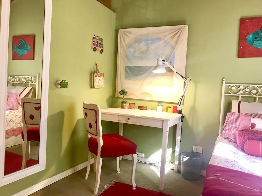 Habitacion con area de escritorio