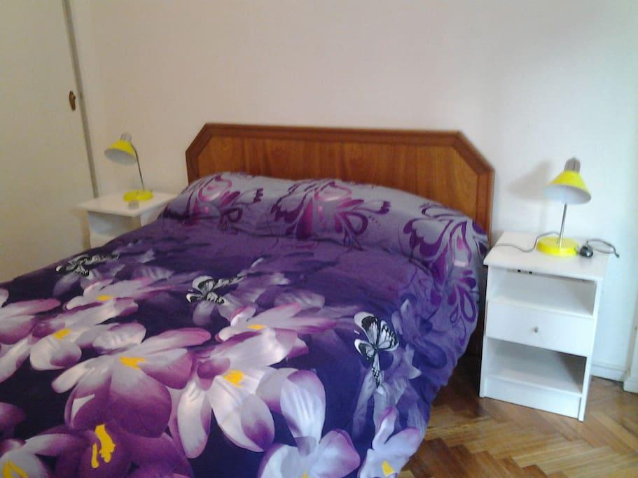 Dormitorio 1: Cama de dos plazas + amplio placard