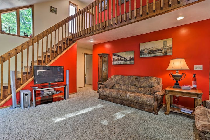 NEW! Poconos Home 2 Mi to Hiking, Canoeing & More!