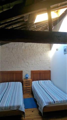 3ème chambre 2 lits 1 personne 90x190 cm