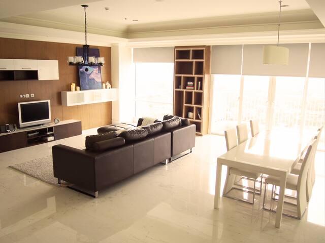 Fantastic 3 bedroom home in Botanica, Simprug - Kebayoran Lama - Leilighet