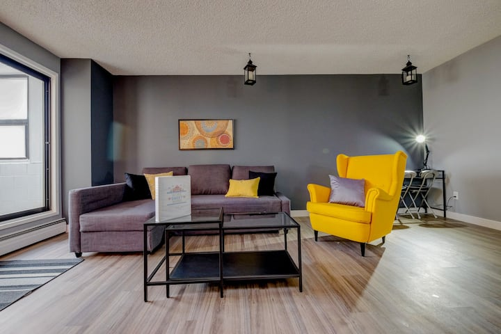 ✩Stylish DT Condo ~2 blocks from Stampede Grounds✩