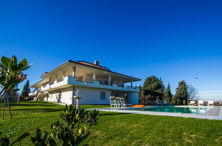 Il Tondo - Modern apartment in villa with pool - Belvedere Fogliense - Appartement