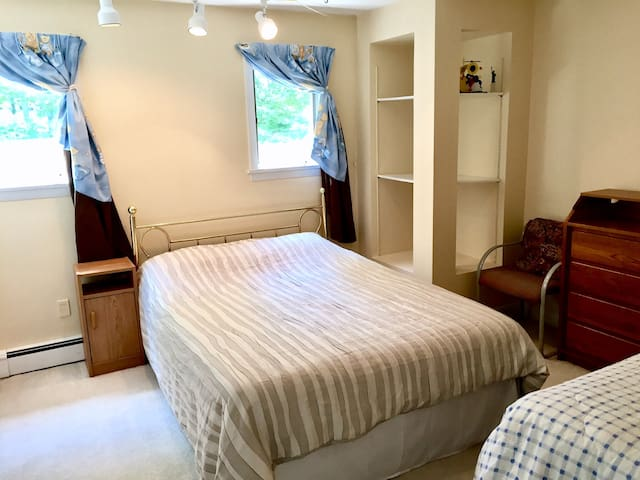 1 Quiet large Private Room 2 Beds,walk to Colleges