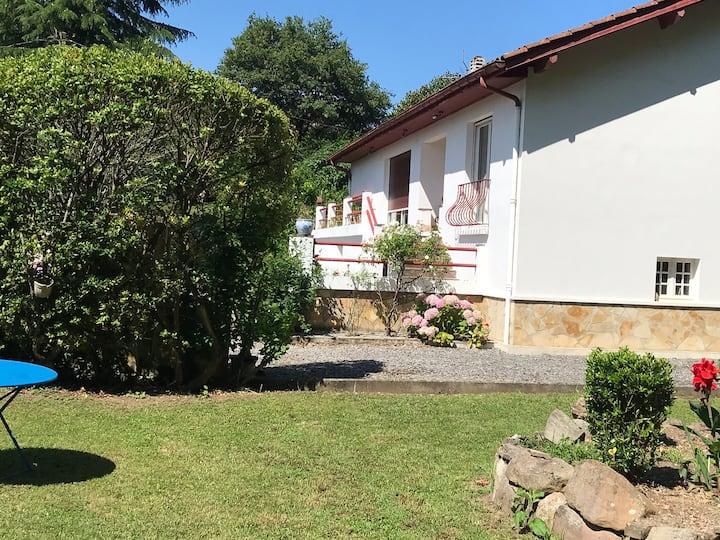 Belle maison basquaise vue sur la Rhune à Ascain