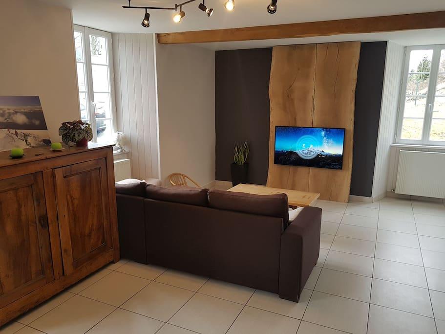 salon avec télévision et internet wifi .