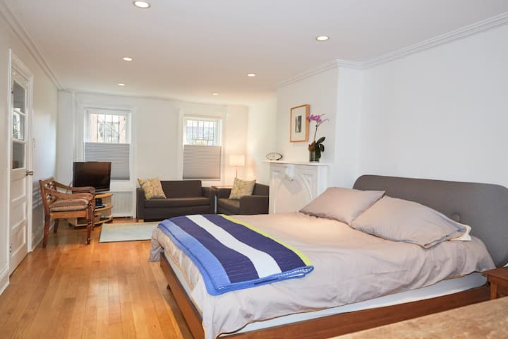 Fresh Lovely Spring Garden Studio in Park Slope