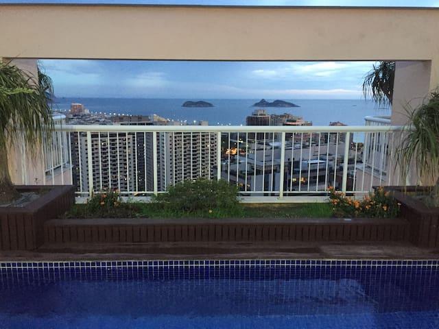 piscina na cobertura. vista das ilhas Cagarras