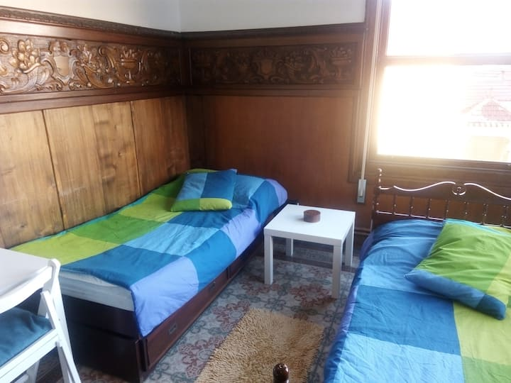 Bright room with two beds; also long stays ESP-ENG