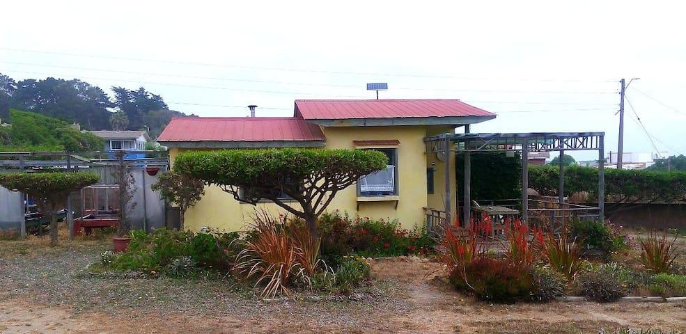 La cabañita tiene 21 m2 y está inserta en una propiedad de 6.000 m2, pero es totalmente independiente. Tiene wifi y asadera en la terraza.