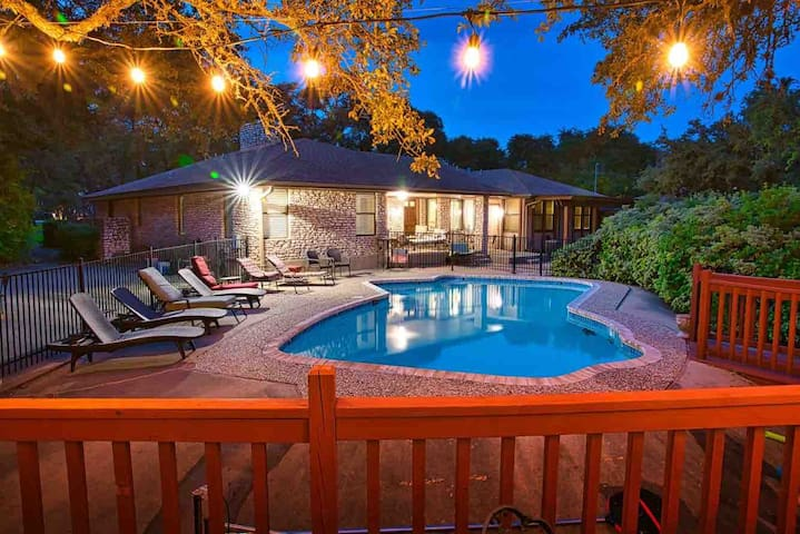 Sunny, space with POOL! Sleeps 14, Close to it all