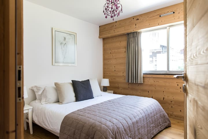 Bedroom 1: Flexible twin or double room with access to a separate shower and bathroom