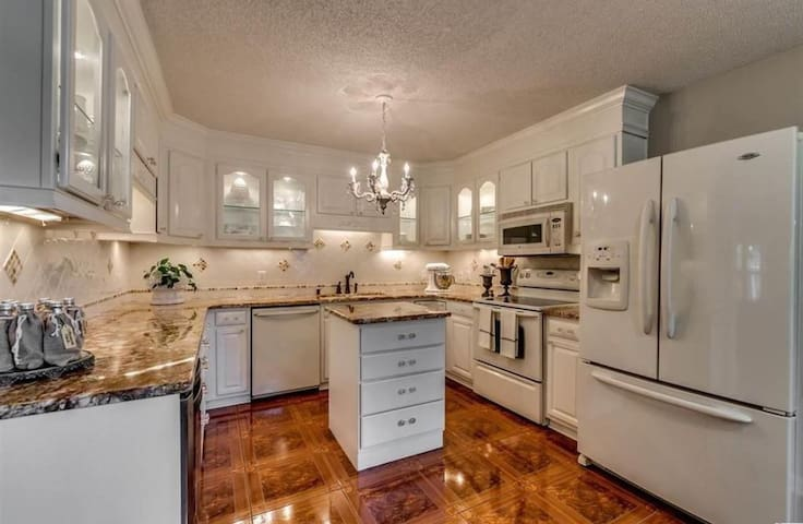 Southern Charm Home in the heart of Myrtle Beach