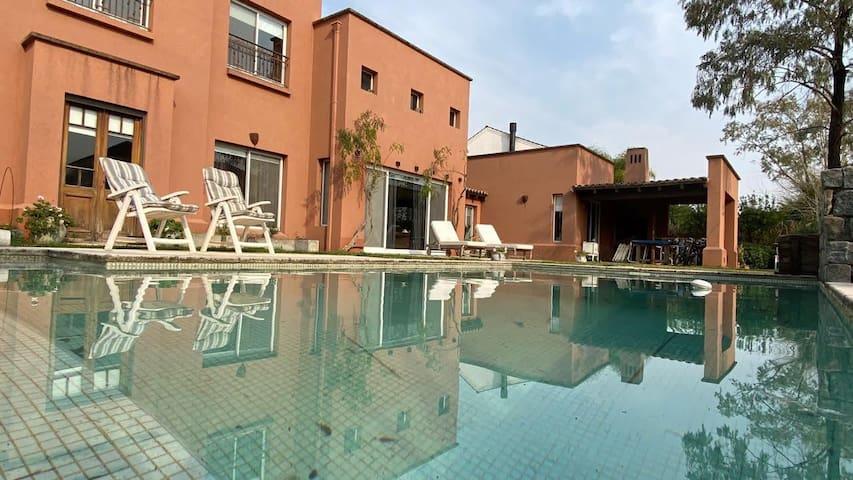 Hermosa casa en Nordelta con piscina y parrilla.