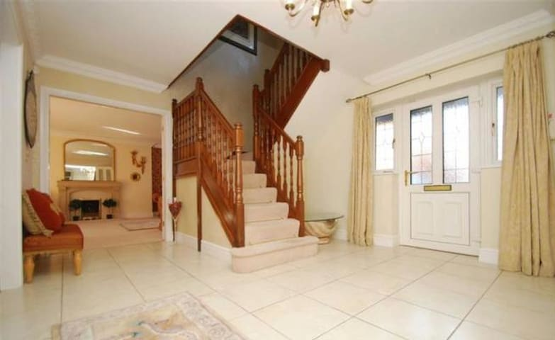 5 star residence, gated property - Fradley - Huis