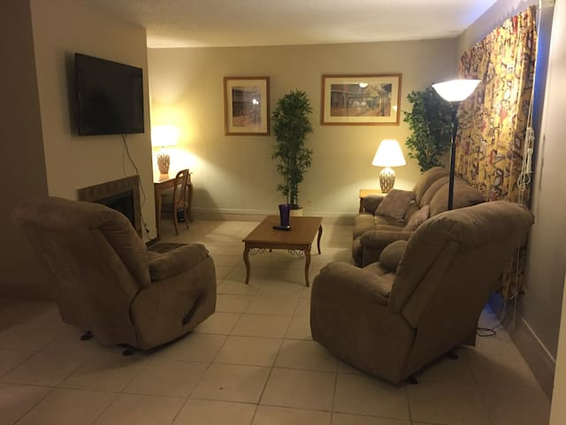 Near Strip-Airport/Laundry & WIFI