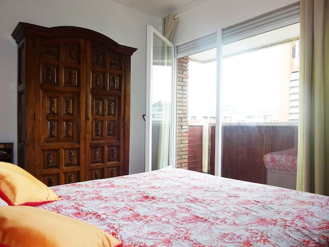 Room in Sarria ! Double bed, AC