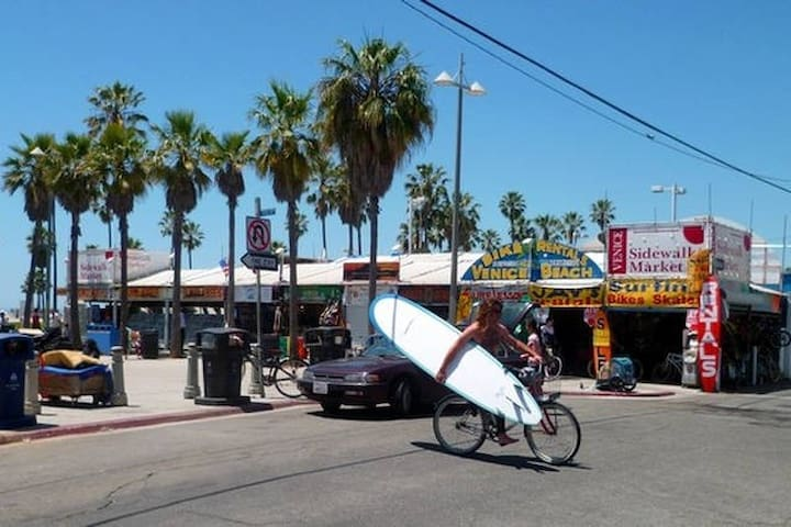A lively neighborhood with a mix of surfers, hipsters and families.