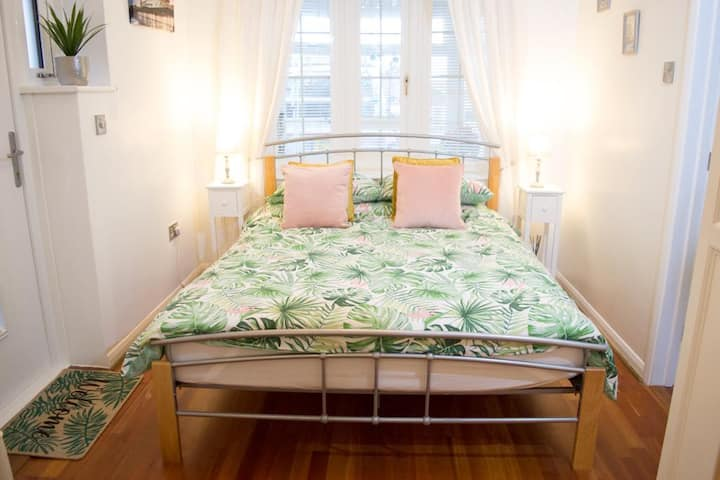 Lovely double room with en-suite, private entrance
