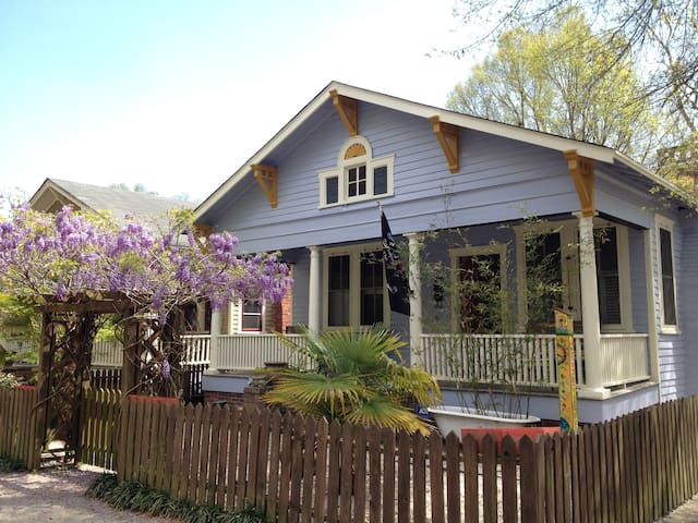Charming, Comfortable Cottage Steps from Downtown