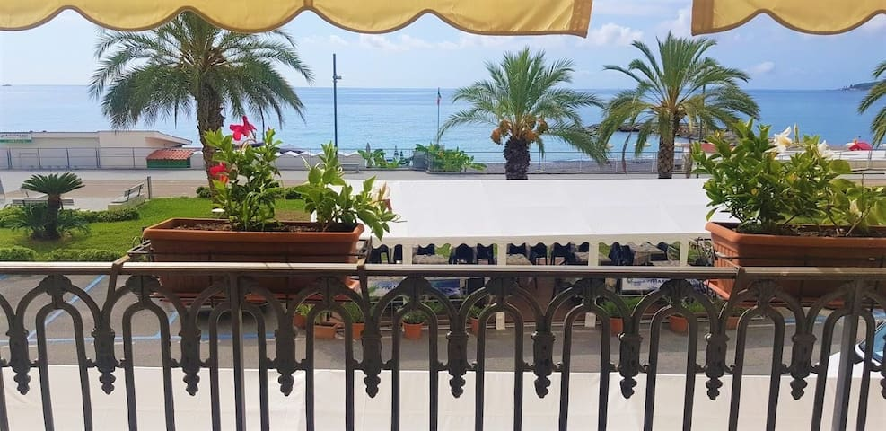 Ospedaletti (IT) - Seafront charming serviced apartment