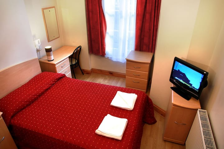 Private en-suite Hotel room. Elmwood Hotel D4