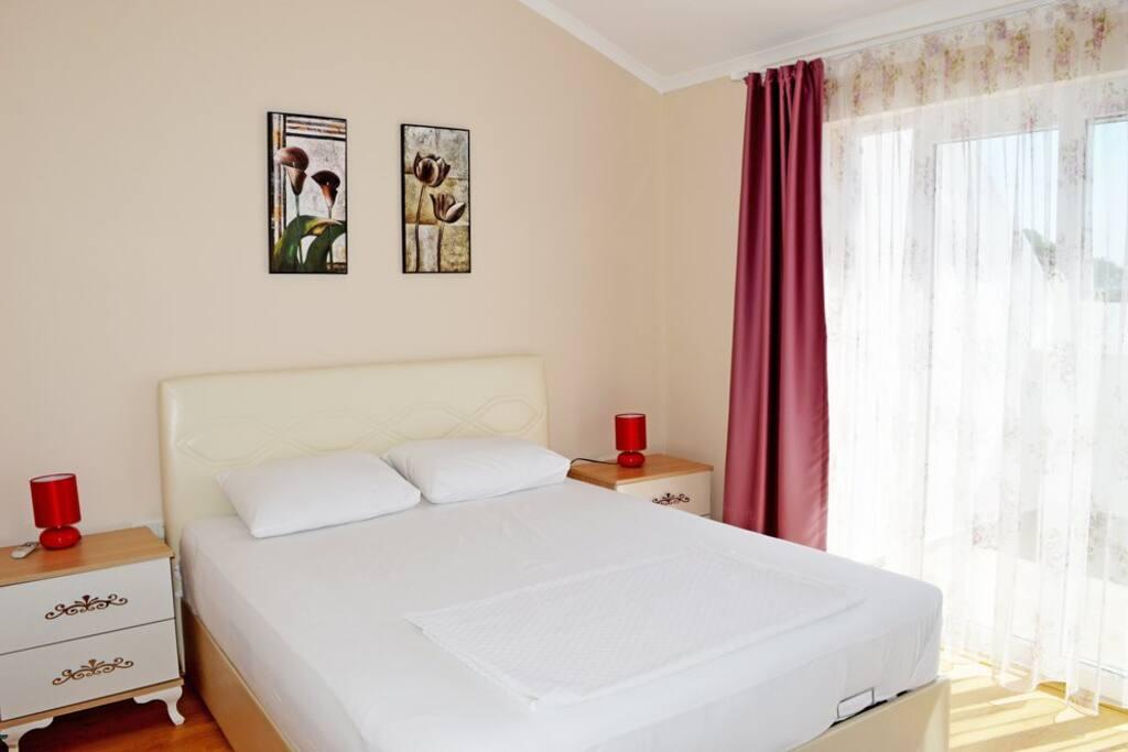Спальня с одной двуспальной кроватью