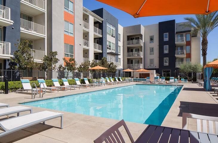 Stylish 1b with balcony, pool, gym etc. in DTLA