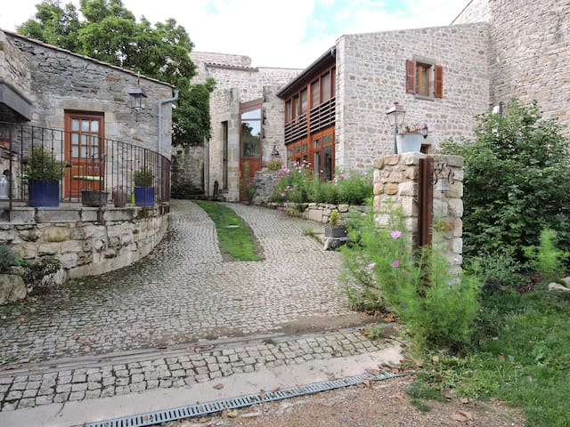 LA HUTTE GAULOISE EN AUVERGNE - Montpeyroux - Bed & Breakfast