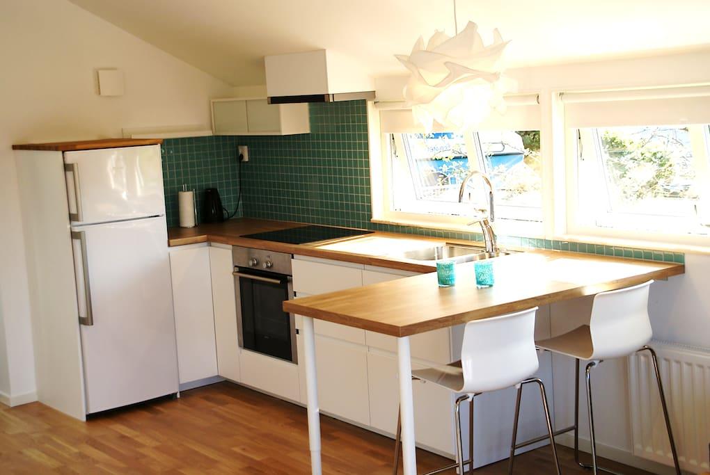 Kök med matplats. Kitchen with dining area.