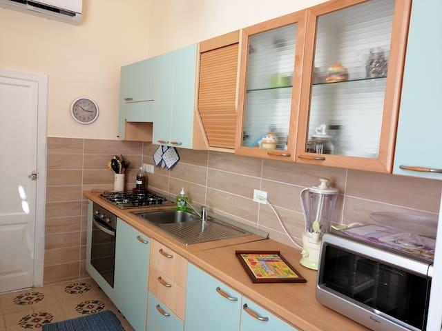 Cucina molto comoda munita di forno elettrico, microonde, frullatore, piatti, posate, bicchieri, caffettiera, pentole, padelle, etc.
