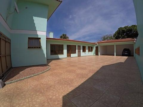 Casa em Tramandaí com churrasqueira e garagem.