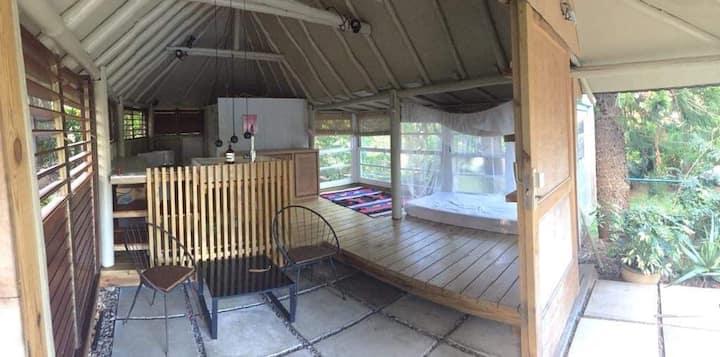 Case meublée aménagée en studio, jardin, piscine