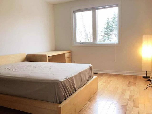 Clean & Cozy Private Bedroom + Free Parking