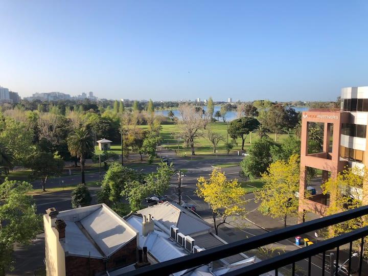 Entire apartment overlooking Albert Park lake!