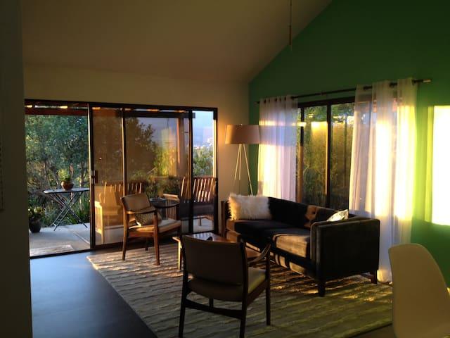 Romantic getaway Ojai cottage, spectacular views - Ojai - Hus