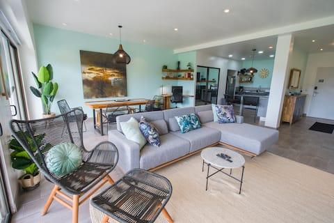 Beautiful luxury apartment 1 block to the beach