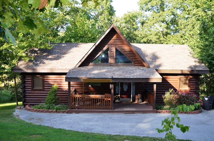 Huge Luxury Log Cabin w/ Private Hot Tub/Grill/Fireplace. Lots of Room GameTable - Ridgedale - Cabin
