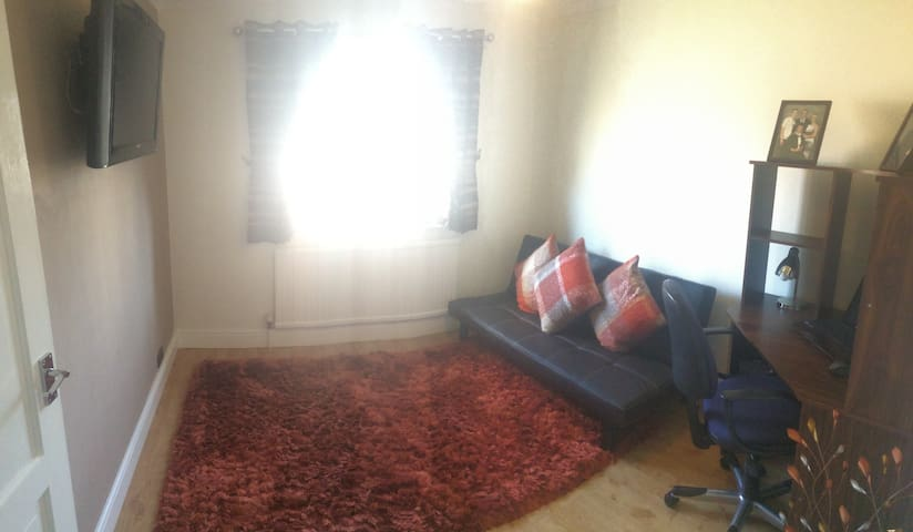 Affordable private room in great central location - Chelmsford - Huis