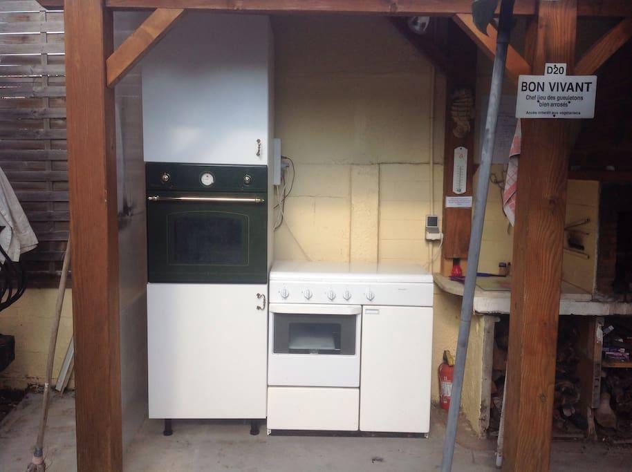 cuisine extérieure avec four à gaz et électrique, gaziniere , micro ondes , barbecue